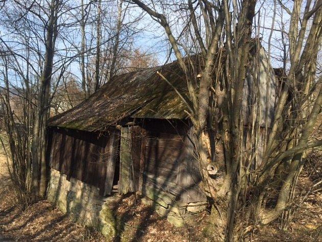 Typická sušírna – nenápadná stavba v krajině, které si dnes jen málokdo všimne