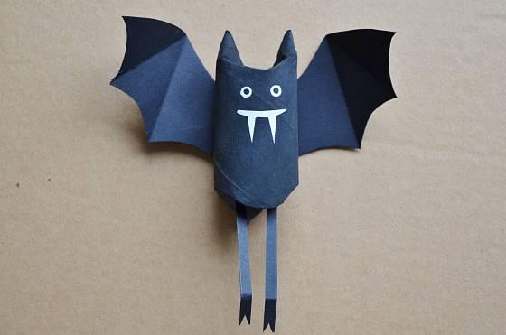 Papírový netopýr připravený ke vzlétnutí
