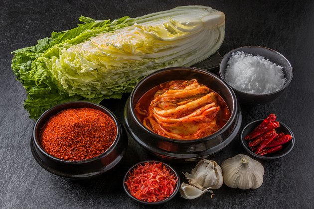suroviny na přípravu kimči a hotové kimči
