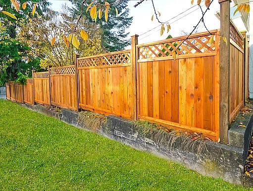 dřevený plot s podezdívkou