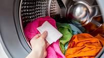 K barevnému prádlu můžete přidat ubrousek pro bezpečné praní.