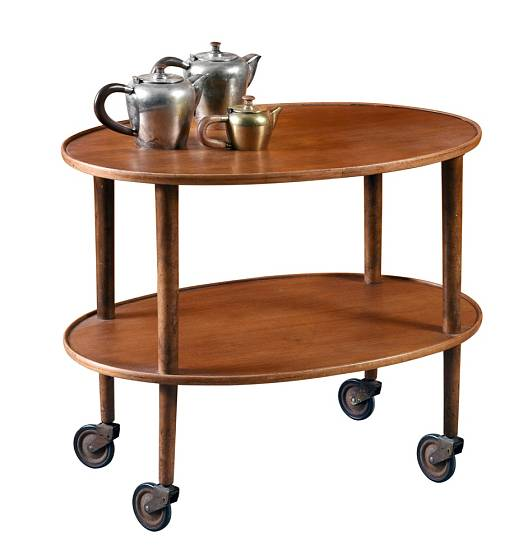 Mahagonový servírovací stolek je pro čaj o páté přímo ideální.