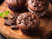 Do čokoládových muffinů patří kousky čokolády.