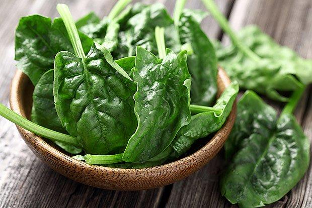 Mladé listy špenátu jsou výborné i v salátu