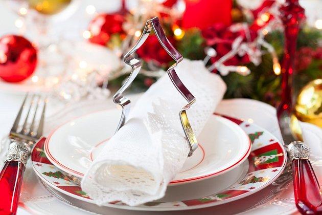 Součástí slavnostně prostřeného stolu mají být i ubrousky, ať už textilní nebo papírové.