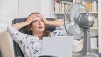 V létě se teplota v kanceláři vyšplhá vysoko