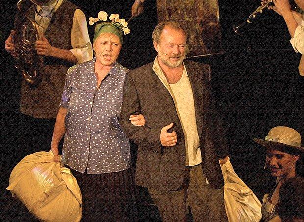 Jaroslava Obermaierová s Rudolfem Hrušínským ml. v muzikálu Starci na chmelu