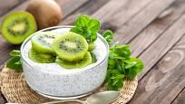 Zdravá snídaně: jogurt s kiwi a chia semínky.