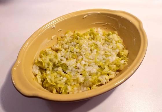 Do pekáčku dáme vrstvu rýže se zelím.