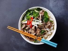 Phở je neobyčejně silný vývar s masem, nudlemi a bylinkami.