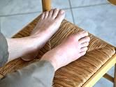 Dna se projevuje nejčastěji bolestí kloubu palce u nohy.
