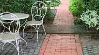 Zahradní cestičky a odpočívadla mohou být z cihel, kamenů, dřeva...