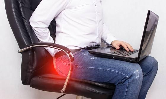Hemoroidy provází bolest, svědění a krvácení v oblasti konečníku.