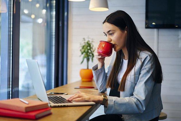 Studenti rádi popíjejí nápoje s kofeinem aby déle udrželi pozornost.