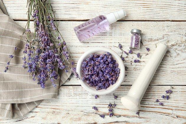 Pokud květy rozmělníte, uvolní vůni i léčivé látky rychleji