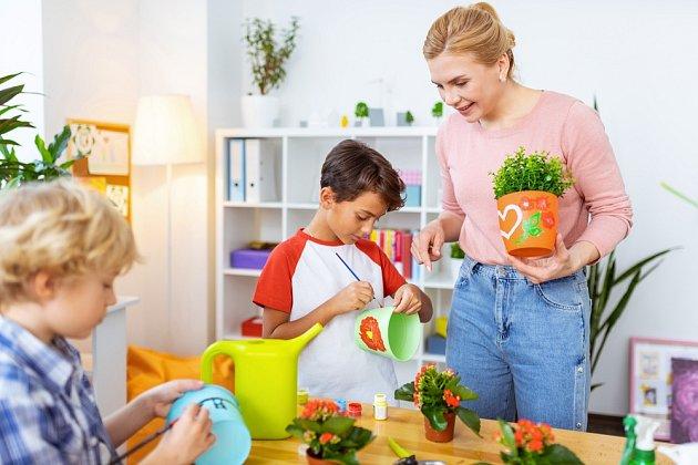 Květináče si můžete nabarvit s dětmi i doma! Budou originální a užijete si spoustu zábavy!