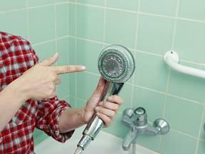 Vodní kámen je povlak, který se usazuje nejen v koupelně, ale často i na kuchyňských spotřebičích a v potrubí.