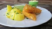 Smažený sýr patří k oblíbeným jídlům české kuchyně.