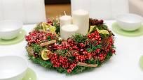 Na slavnostně prostřené tabuli má o svátcích své místo i věnec.