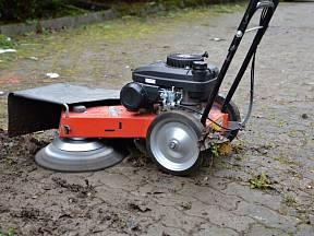 Čistící kartáč perfektně zatočí s mechem a plevelem jak na dlažbě tak v asfaltu