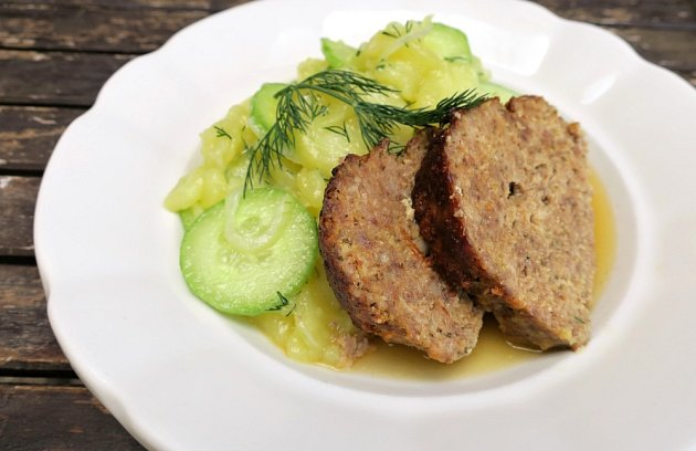 Letní bramborový salát s okurkami (Kartoffel-Gurken-Salat).