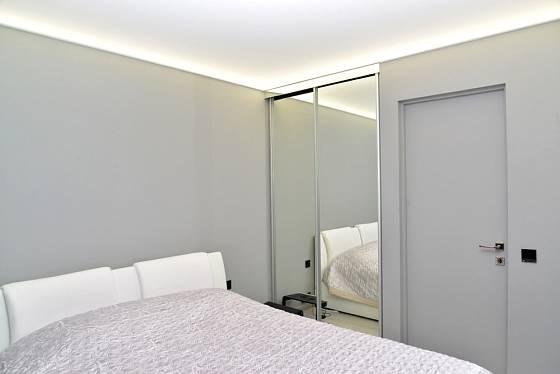 Za zrcadlem může být skříň nebo celá místnost