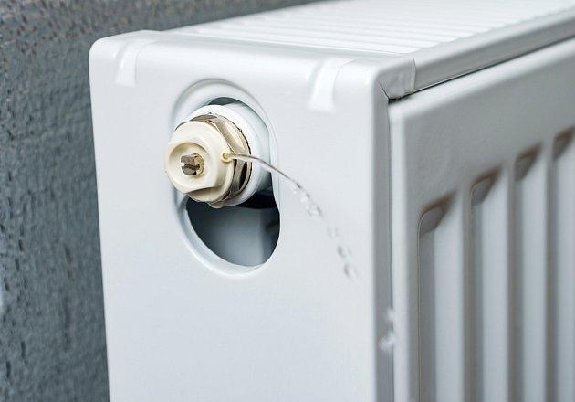 Po povolení odvzdušňovacího ventilu nejprve unikne vzduch a pak i trocha vody.