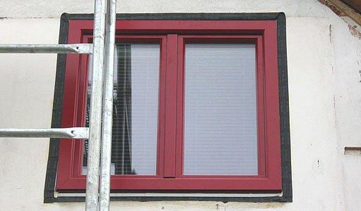 Okno osazené na líc stávající fasády, okenní pásky chrání osazovací spáru.