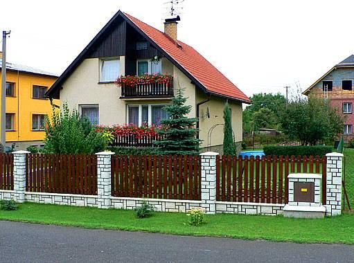 plot s dvířky od plynoměru