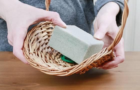 Ukázka upevnění šedé aranžovací hmoty (pro sušené rostliny) do košíčku.