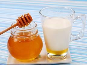 Vlažné mléko s medem je osvědčený uklidňující prostředek před spaním.