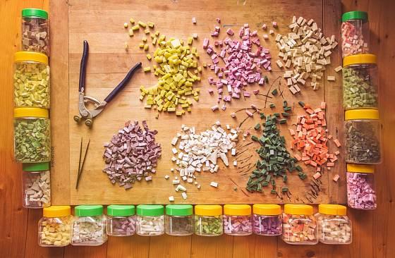 Materiál na výrobu mozaiky.