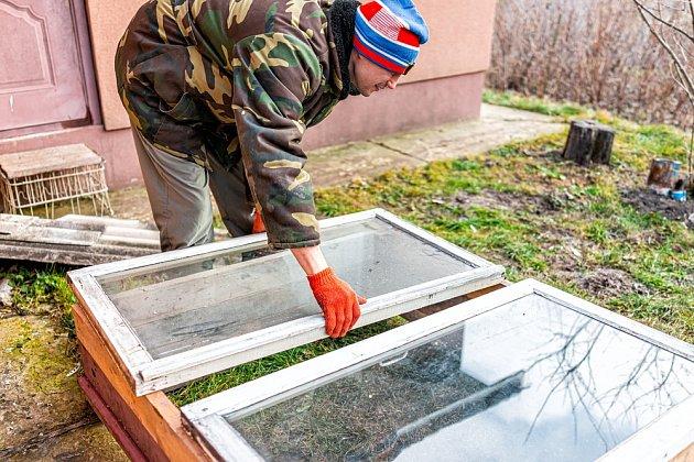 Na zakrytí pařeniště můžeme využít vysloužilá okna.