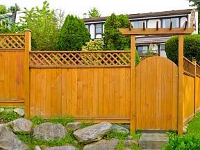Dřevěný plot a vstupní branka.