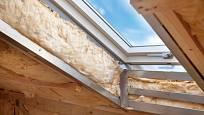 Při zateplování okolí střešních oken je třeba dávat pozor na vznik tepelných mostů.