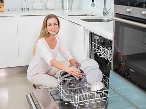 Myčka nádobí je skvělým pomocníkem. Pokud ovšem myje