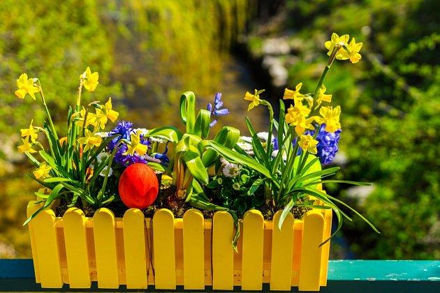 Stačí pár drobností a z jarního truhlíku je velikonoční výzdoba.