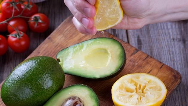 Citronová šťává ochrání rozkrojené avokádo před hnědnutím.