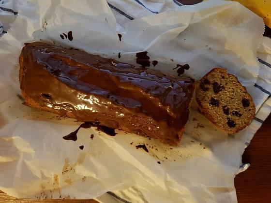 Vychladlý chlebíček můžeme polít čokoládovou polevou.