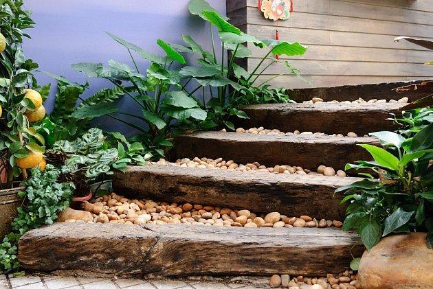 Schodiště tvořené dřevěnými trámy a oblázky