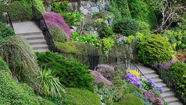 Zahrady ve svahu jsou nádherné, ale potřebují zpevnit. Jak na to?