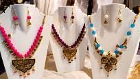 Soupravy šperků ponechávejte společně zavěšené na jednoduchém stojanu z plastu.