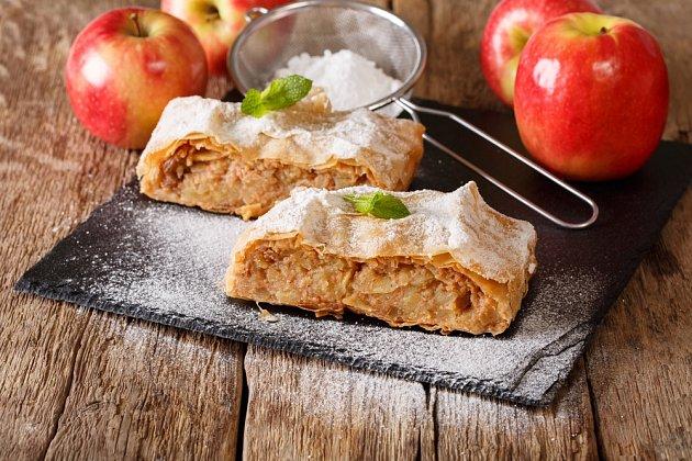 Jablečný štrúdl patří k oblíbeným moučníkům.