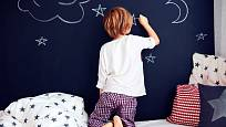 Nechejte děti bez obav čmárat po zdi.