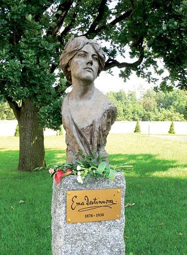 pomník Emy Destinové u zámku ve Stráži nad Nežárkou