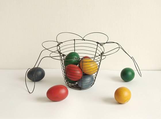 Drátěný košík na vajíčka, krásná velikonoční dekorace