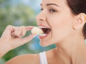 Vložte si česnek do úst a převalujte ho
