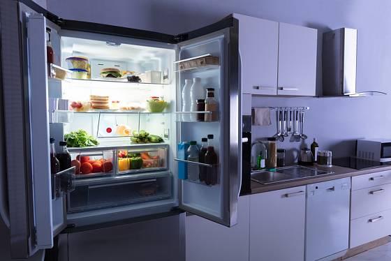 Do prostornějších kuchyní se hodí dvoudveřové modely.