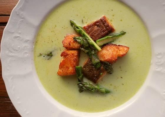 Polévku servírujeme obloženou opečeným lososem, ozdobíme opečenými chřestovými hlavičkami.