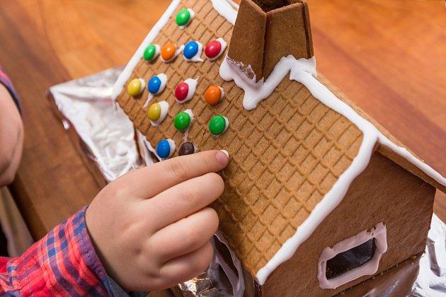 Děti rády přizdobí cukroví třeba barevnými lentilkami.
